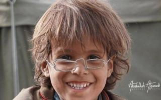 الصورة: الصورة: قصة بيع نظارة طفل يمني بـ 2.5 مليون ريال
