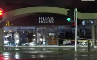 الصورة: الصورة: بالفيديو.. سيارة تقتحم محلاً لملابس المتحجّبات في سيدني