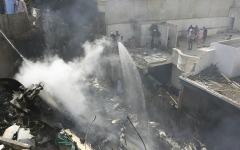 الصورة: الصورة: أحد الناجين من تحطم الطائرة الباكستانية يروي تفاصيل مثيرة