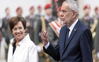 الصورة: الصورة: ضبط رئيس النمسا وزوجته في مطعم بعد وقت الحظر