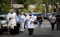 الصورة: الصورة: 1.63 مليون إصابة و97424 وفاة بكورونا في الولايات المتحدة