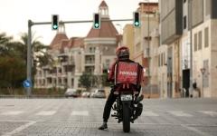 الصورة: الصورة: «صحة دبي»  تدعو شركات الأغذية إلى فحص يومي لعمال التوصيل للمنازل