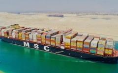 الصورة: الصورة: بالفيديو.. قناة السويس تشهد عبور أكبر سفينة حاويات بالعالم