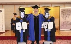 الصورة: الصورة: شاهد.. جامعة صينية تستخدم الروبوتات لتخريج الطلبة عن بعد