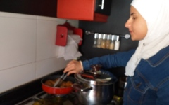 الصورة: الصورة: أمان.. شابة سورية تحدّت الفقر والحرب بلغة الإشارة