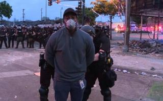 بالفيديو..الشرطة الأمريكية تعتقل مراسل سي إن إن على الهواء خلال تغطية الاحتجاجات