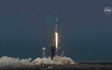 """الصورة: الصورة: إقلاع تاريخي للصاروخ """"سبايس إكس"""" وعلى متنه رائدا فضاء"""