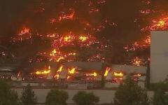 الصورة: الصورة: بالفيديو.. حريق ضخم يلتهم أكبر مستودعات أمازون في كاليفورنيا