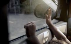الصورة: الصورة: شرطة أبوظبي: ترك الأطفال بالمركبات أثناء التسوق جريمة