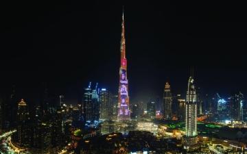الصورة: الصورة: برج خليفة يضيء بصور خريجي «كندية دبي»