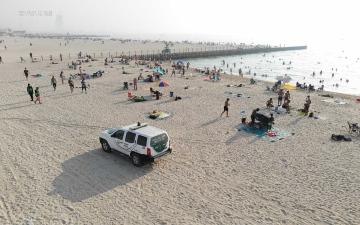 الصورة: الصورة: 316 مخالفة لمرتادي الشواطئ في دبي و10 طائرات درون لرصد التجاوزات