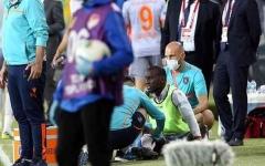 الصورة: الصورة: في الدوري التركي ..لاعب يتلقى ضربة من المدرجات الخالية