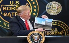 الصورة: الصورة: ترامب مشيداً بجداره مع المكسيك: أوقف كورونا وأوقف كل شيء