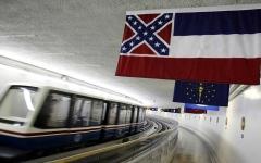 الصورة: الصورة: برلمان ميسيسيبي يقرّ إزالة شعار الكونفدرالية عن علم الولاية