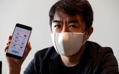 الصورة: الصورة: بالفيديو.. شركة يابانية تطور كمامة ذكية تسجل المحادثات وتترجم الكلام إلى 8 لغات