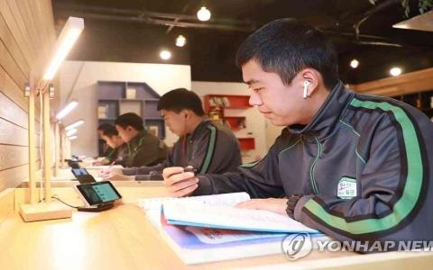 الصورة: الصورة: كوريا الجنوبية تسمح رسمياً للمجندين باستخدام الهاتف المحمول في الثكنات