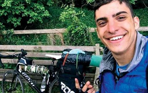 الصورة: الصورة: طالب يقطع 2000 ميل على دراجة شوقاً لوالديه
