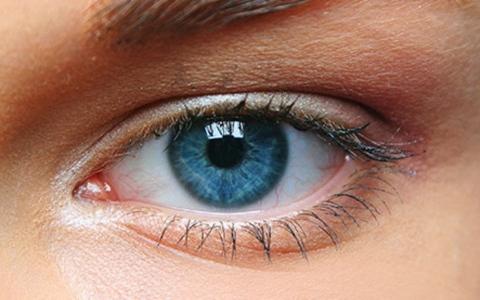 الصورة: الصورة: علامة في عينيك قد تدل على نقص فيتامين ب 12