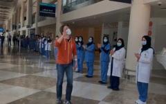 الصورة: الصورة: بالفيديو.. المستشفى الميداني بمركز دبي التجاري يحتفي بخروج آخر مصاب بفيروس كورونا