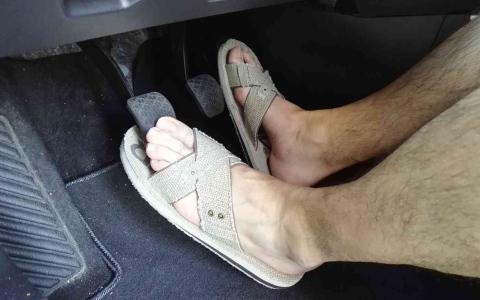 الصورة: الصورة: ارتداء هذه الأحذية أثناء قيادة السيارات يزيد الحوادث