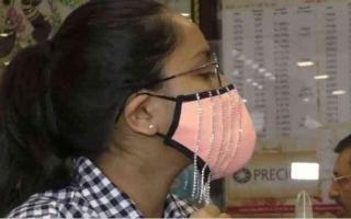 الصورة: الصورة: بالفيديو.. بعد كمامات الذهب.. الهند تصنع  أقنعة وجه مرصعة بالماس
