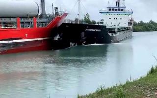 الصورة: الصورة: بالفيديو.. تصادم بين سفينتين في حادث غريب