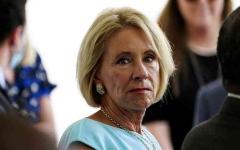 الصورة: الصورة: بدون خطة آمنة.. وزيرة التعليم الأمريكية تريد إعادة فتح المدارس