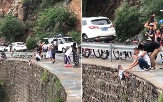 """الصورة: الصورة: بالفيديو.. يضع طفله على """"حافة الموت"""" لاتقاط صورة تذكارية"""