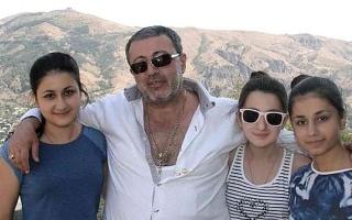 الصورة: الصورة: بعد قتل والدهن وهو نائم .. قضية الأخوات الثلاث تعود للواجهة