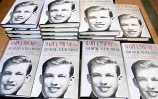 الصورة: الصورة: بيع 950 ألف نسخة من كتاب ابنة شقيق ترامب في اليوم الأول لصدوره