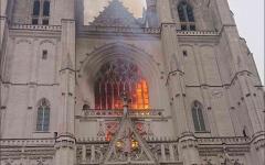 الصورة: الصورة: بالفيديو.. اندلاع حريق ضخم في كاتدرائية نانت التاريخية غرب فرنسا