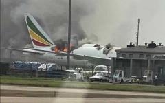 الصورة: الصورة: بالفيديو.. حريق ضخم في طائرة إثيوبية بمطار شنغهاي
