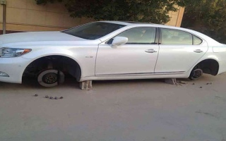 الصورة: الصورة: بالفيديو.. سعودي يدعو بالهداية والصلاح لسارق إطارات سيارته