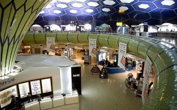 الصورة: الصورة: مطار أبوظبي يستقبل وفد مسبار الأمل