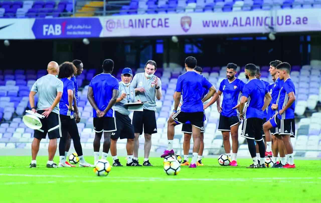 الصورة : بينتو يتحدث إلى لاعبي منتخبنا في العين | من المصدر
