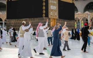 الصورة: الصورة: بدموع الفراق.. ضيوف الرحمن يودِّعون البيت العتيق على أمل العودة