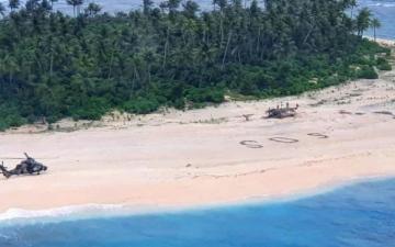الصورة: الصورة: 3 أحرف على الرمال  تنقذ حياة بحارة