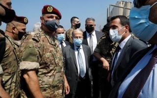 الصورة: الصورة: الرئيس اللبناني يتفقد موقع الانفجار في مرفأ بيروت
