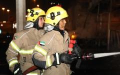 الصورة: الصورة: عناصر نسائية من فرق الإطفاء شاركت في إخماد حريق سوق عجمان الشعبي