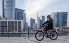 الصورة: الصورة: محمد بن راشد يتجول بدراجة هوائية في دبي