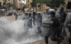 الصورة: الصورة: الأمن اللبناني يطلق قنابل الغاز على متظاهرين وسط بيروت