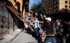 الصورة: الصورة: عشرات المحتجين يقتحمون وزارة الخارجية اللبنانية