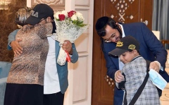 الصورة: الصورة: الإمارات وطن الإنسانية.. الإمارات تجمع شمل عائلة يمنية يهودية بعد فراق 15 عاماً
