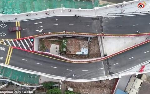 """الصورة: الصورة: بالفيديو.. الصين تفتتح جسرا حول منزل """"سيدة عنيدة"""""""