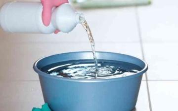الصورة: الصورة: احذر مزج منتجات التنظيف المنزلي.. الخل والمبيض مزيج قاتل