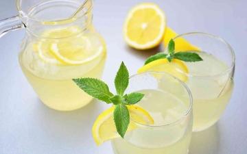 الصورة: الصورة: ماذا يحدث للجسم بعد شرب الماء الدافئ مع الليمون لـ 60 يوماً؟