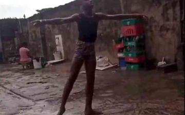 الصورة: الصورة: رقص حافي القدمين في نيجيريا فاحترف المجال بأمريكا