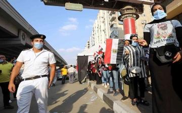 الصورة: الصورة: انخفاض في حصيلة إصابات ووفيات كورونا اليومية في مصر