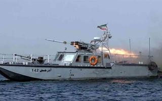 الصورة: الصورة: بالفيديو.. قوات إيرانية تستولي على سفينة في المياه الدولية