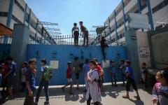 الصورة: الصورة: غزة تنجو من كارثة بعد قصف إسرائيلي لمدرسة ابتدائية